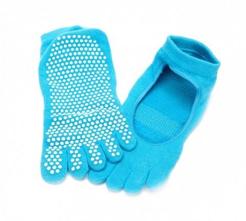 Носки для йоги создают дополнительный комфорт во время занятий. Ног...