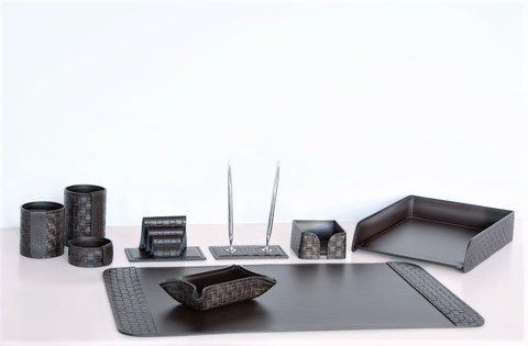 На фото набор на стол руководителя артикул 60315-CT/EX 9 предметов выполнен в коже Cuoietto Treccia и Cuoietto цвет темно-коричневый шоколад. Возможно изготовление в черном цвете.