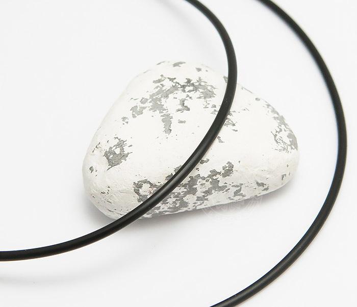 PL282-1 Каучуковый шнур черного цвета со стальной застежкой фото 01