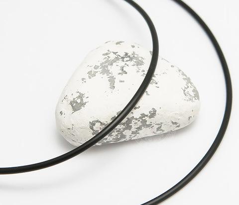 Каучуковый шнур черного цвета со стальной застежкой