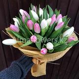 Букет из 35 розовых и белых тюльпанов