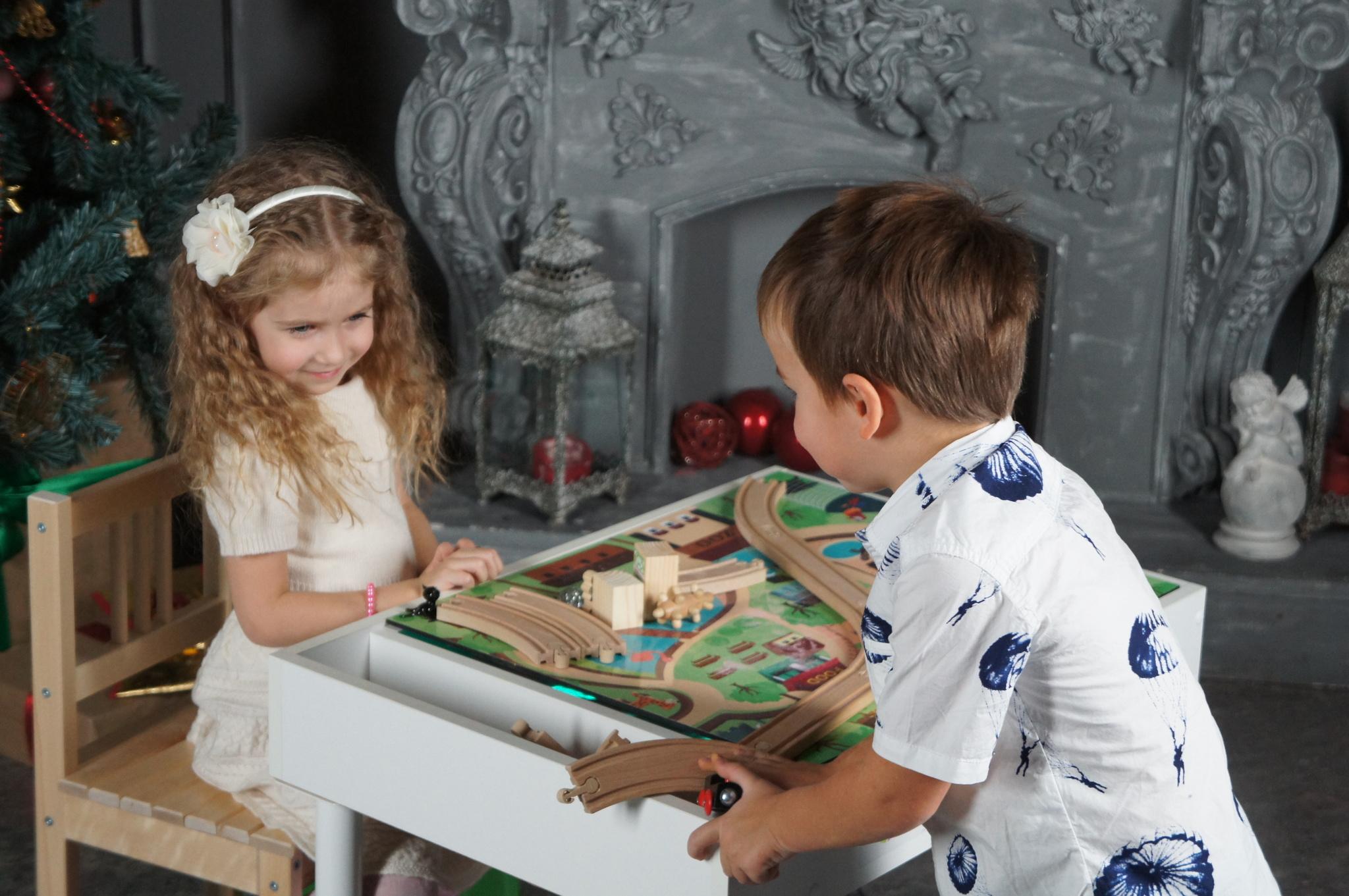 Девочка 4 года сидит за игровым столом