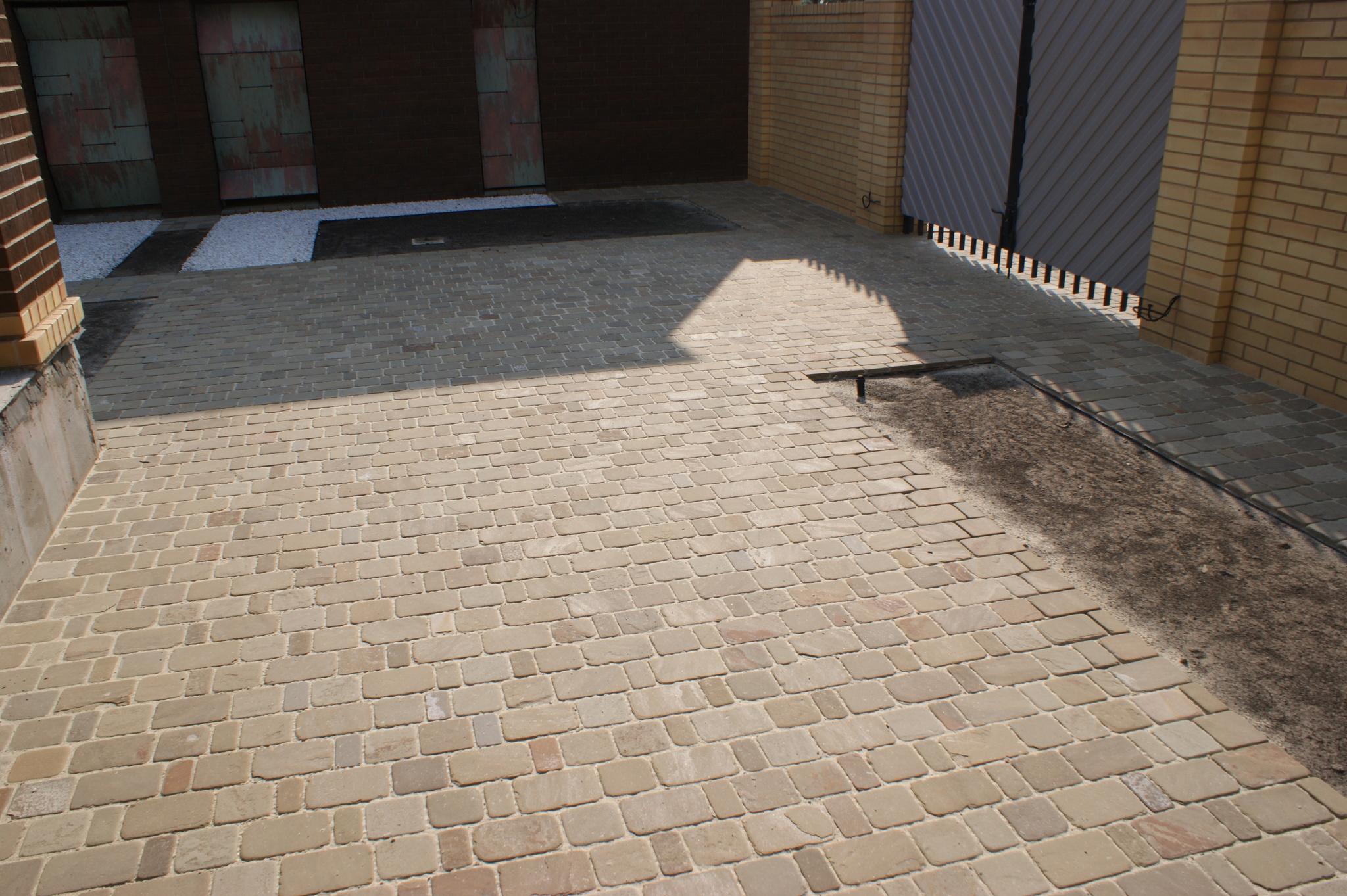 Брусчатка песчаник пилено-галтованный Серый готовая работа