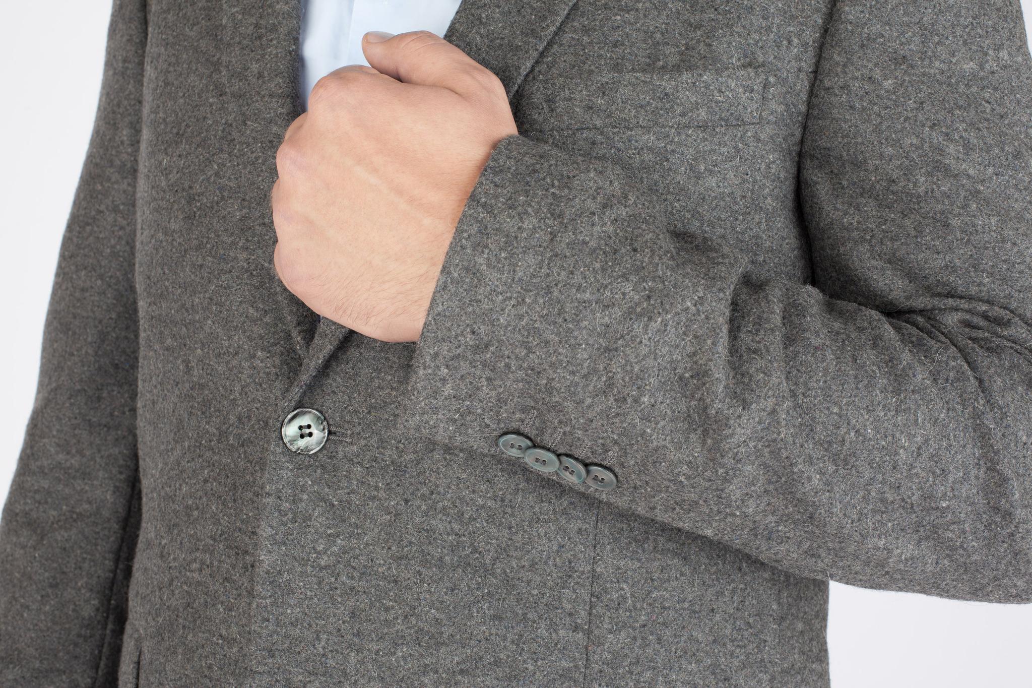 Серый костюм из 100%-ной шерсти