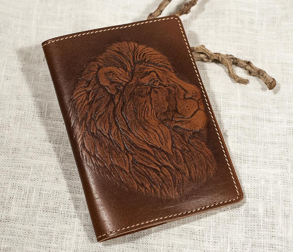 BY14-30-01 Обложка на паспорт ручной работы «Гордый Лев» фото 01