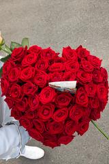 50 красных и 1 белая роза в коробке сердце