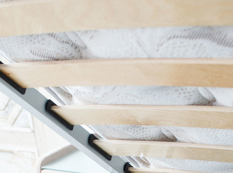 В комплект кровати входит кроватное основание. Каркас основания выполнен из металла, ламели - из берёзы.  Встроенные ламели имеют 13 рядов на каждое спальное место и обеспечивают равномерное распределение нагрузки.