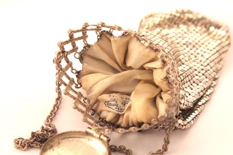 Необычная сумочка-«мешочек» серебрянного цвета от Whiting and Davis