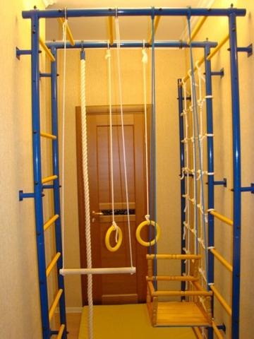 Спортивный комплекс корридорный П-образный с креплением к стене и сеткой 1 м.