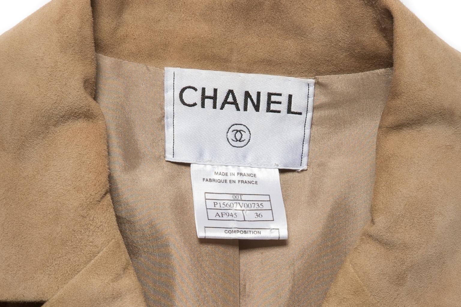 Классический замшевый пиджак песочного цвета от Chanel, 36 размер.