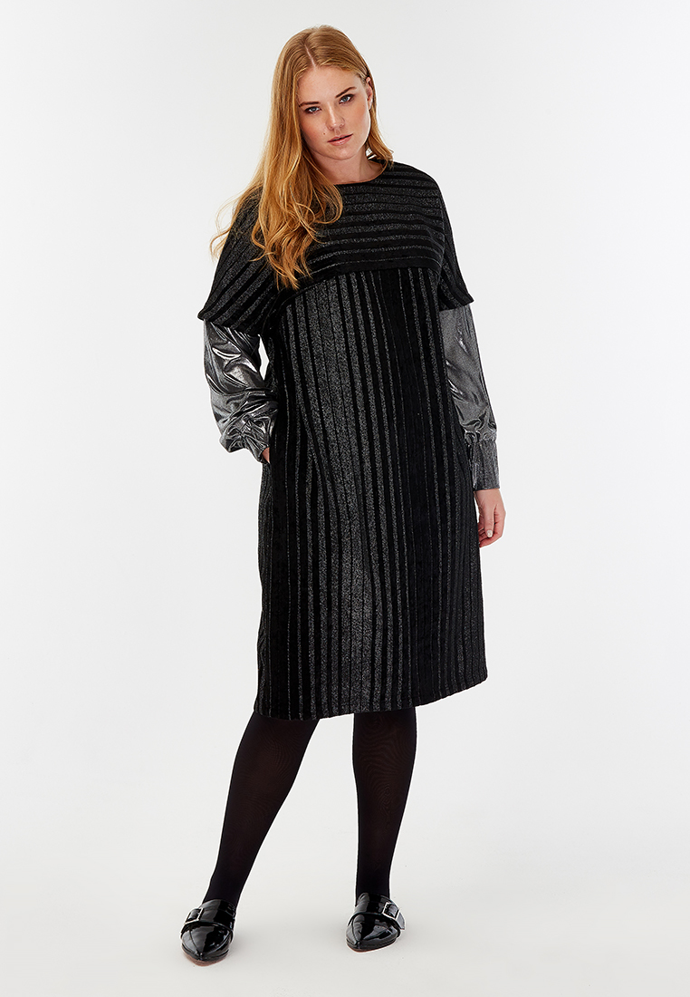 Платье NY LM-03 D06 01Платья<br>«Фантастические платья и где они обитают» (подсказка: у нас)  - отличное название для бестселлера. Прямой силуэт, отрезной лиф, длина чуть за колено, комбинированная текстура ткани и приятная к телу хлопковая подкладка… а главное – совершенно «космические» рукава! Лимитированая новогодняя серия, для космических покорительниц.Рост модели на фото 179 см, размер - 52 российский<br>