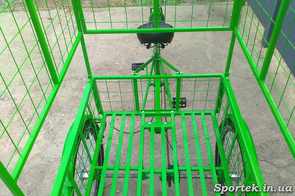 Вид сзади на седло и грузовую платформу трехколесного грузового велосипеда 'Цветочный'