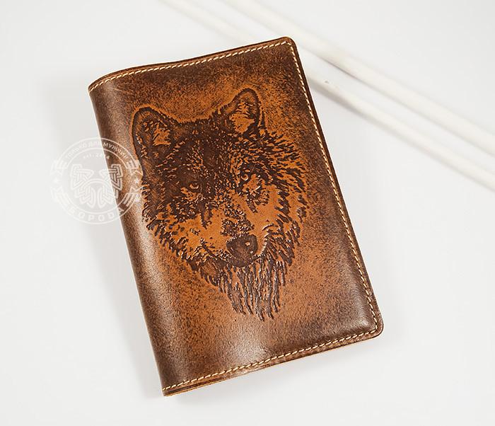 BY14-09-02 Классная обложка на паспорт с изображением волка, тиснение фото 01