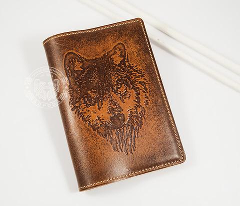 BY14-09-02 Классная обложка на паспорт с изображением волка, тиснение