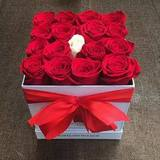 Красные розы в подарочной коробке