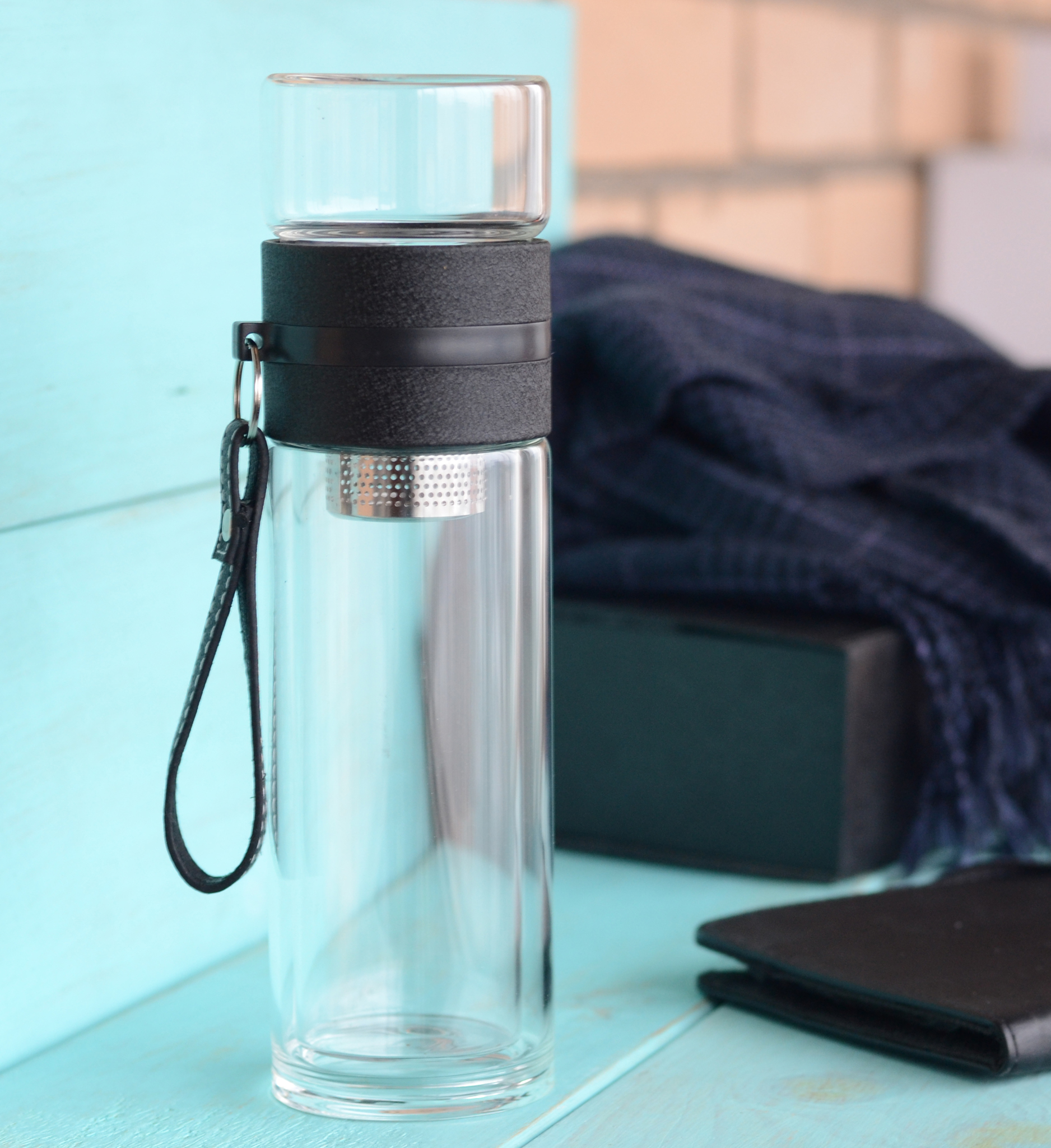 Чайная бутылка с двойным стеклом ситечком и ремешком 450 мл черная