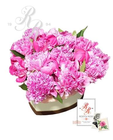Розовый пион в коробке сердцем
