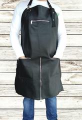 Мужской брутальный кожаный фартук чёрный ручной работы с нагрудным карманом и двумя боковыми на молниях, с регулирующимся ремнём и поперечной молнией