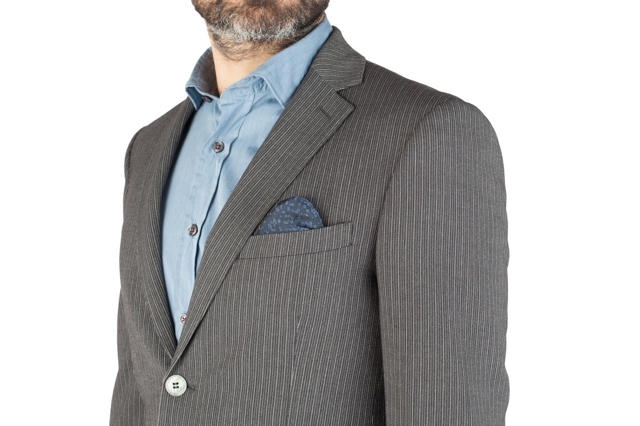Серый шерстяной костюм в контрастную полоску, нагрудный карман