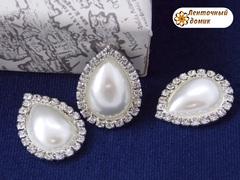 Камень-капля в стразовом обрамлении жемчужный белый