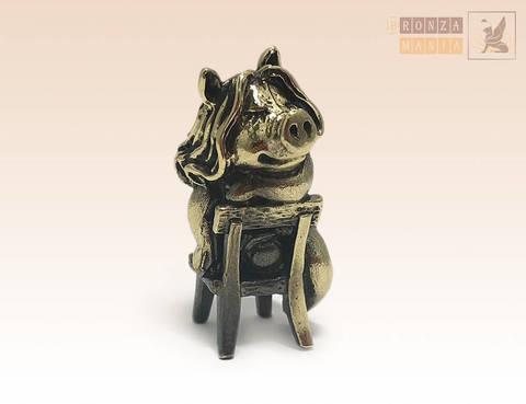 фигурка Свинка на стуле