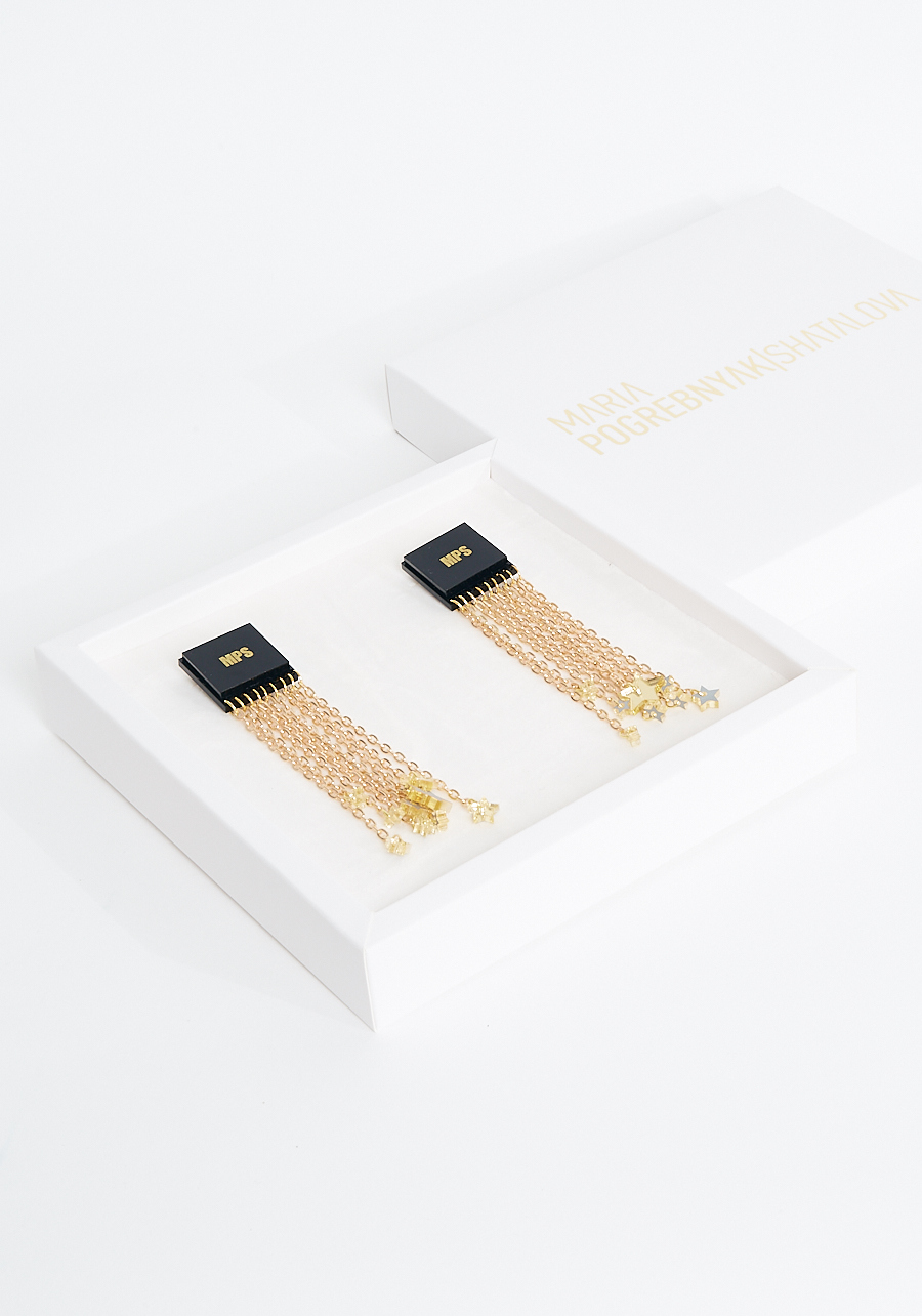 Серьги с черной эмалью и золотыми цепочками