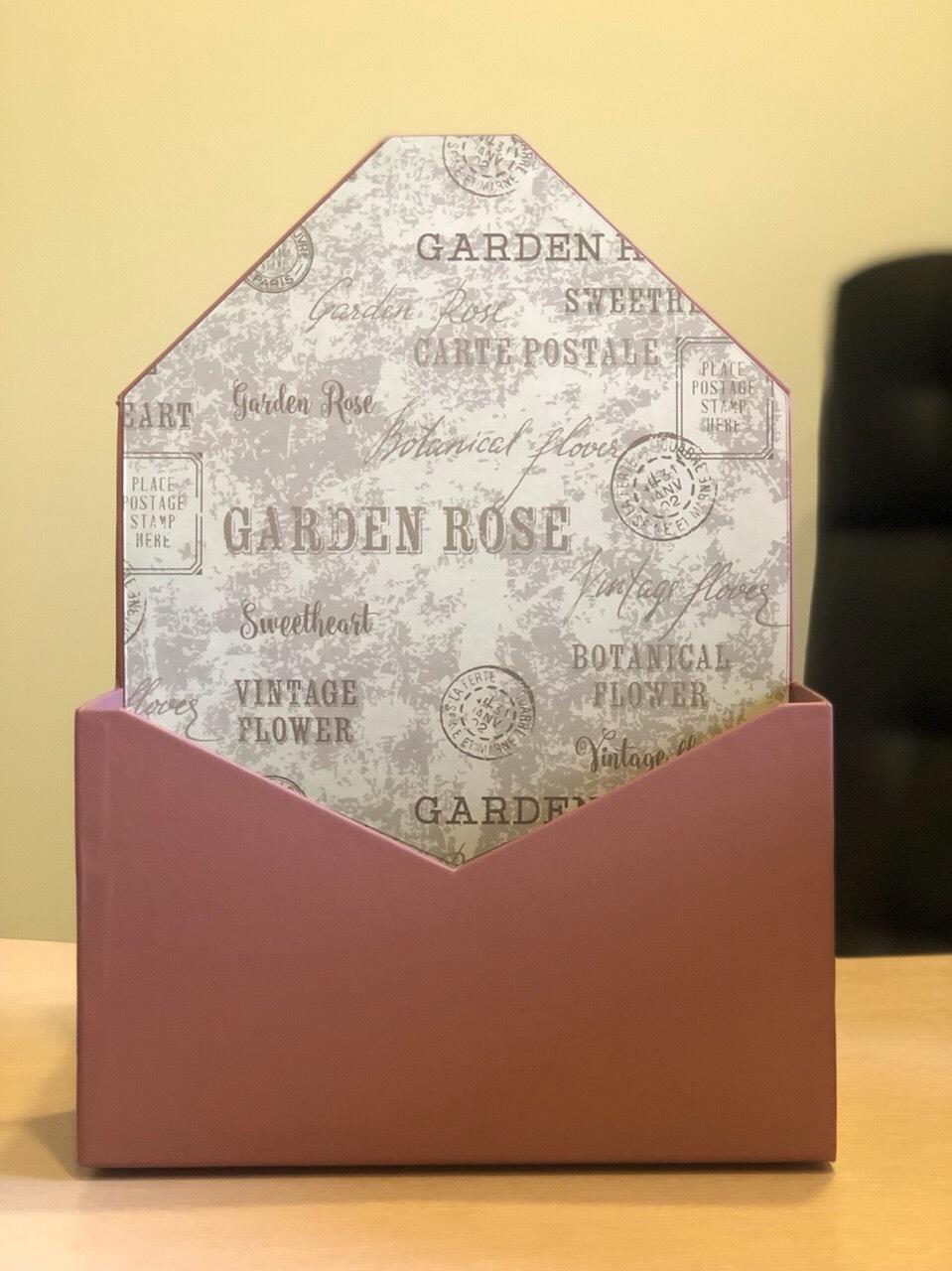 Картонная коробка для цветов в форме конверта . Цвет: кофейный .Розница 250 рублей .