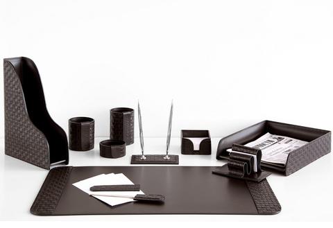 На фото набор на стол руководителя артикул 60415-EX/CT 10 предметов выполнен в цвете темно-коричневый шоколад кожи Cuoietto Treccia и Cuoietto. Возможно изготовление в черном цвете.