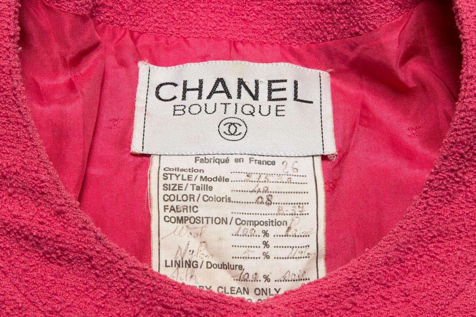 Классический удлиненный жакет из твида цвета фуксии от Chanel, 40 размер.