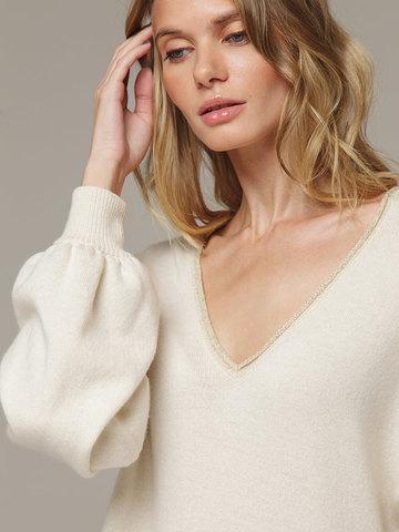 Женское белое платье с V-образным вырезом и объемными рукавами из 100% кашемира - фото 2