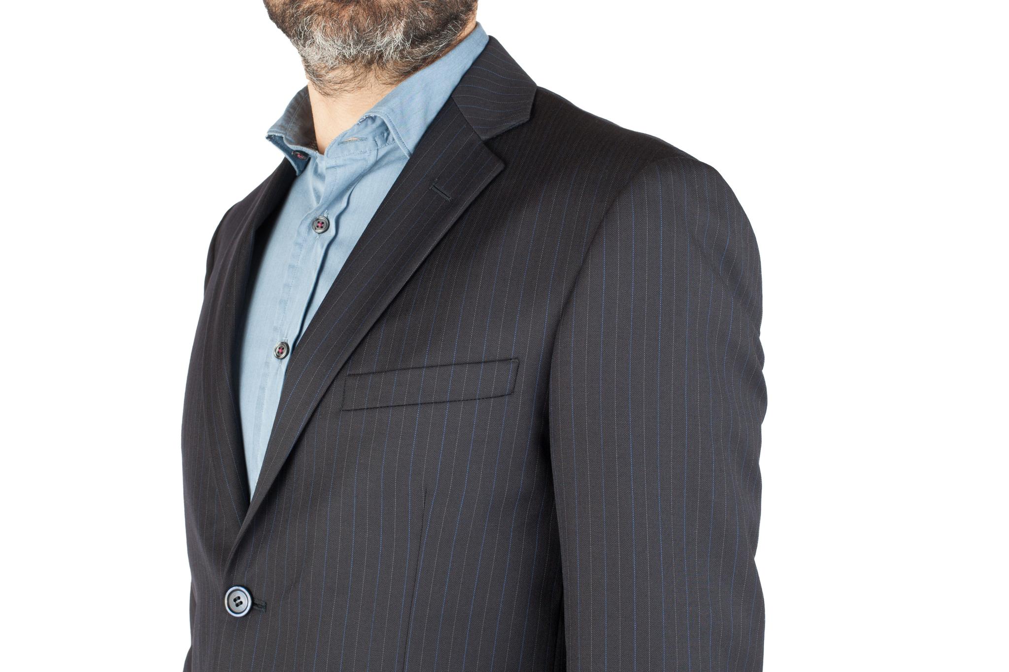 Тёмно-синий костюм в полоску из 100%-ной шерсти, нагрудный карман
