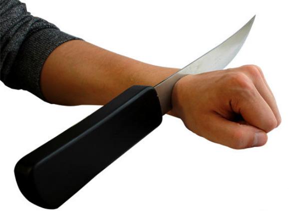 Нож сквозь руку (с кровью)