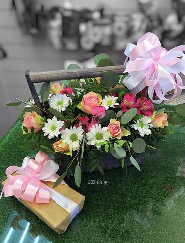Цветы в деревянном ящике и 12 macarons #16191