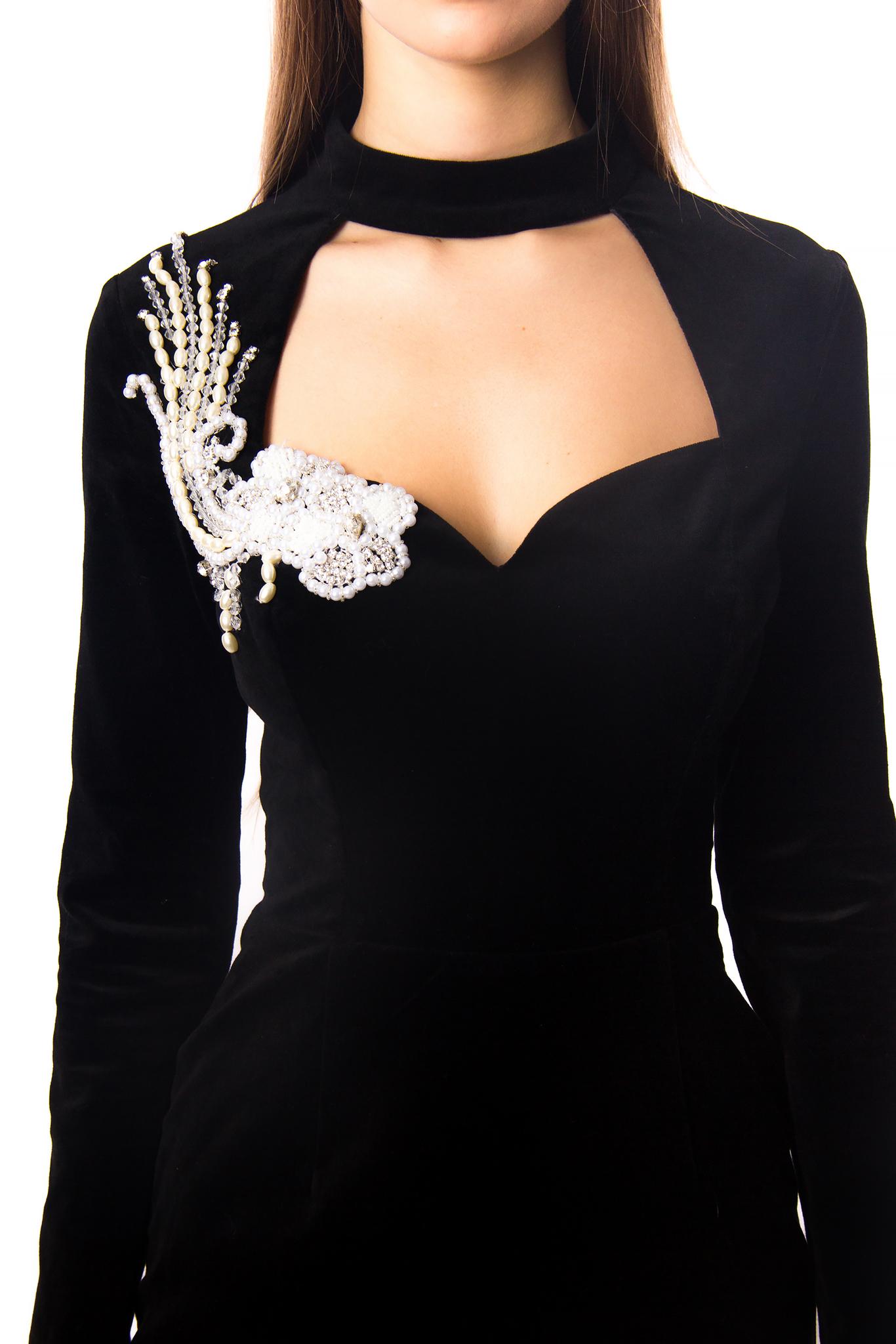 Приталенное черное бархатное платье-мини с глубоким вырезом и расшитым жемчугом  украшением