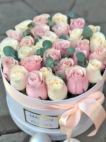 Композиция в коробке из белых и розовых роз