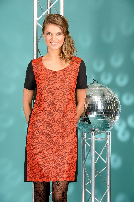 Платье З075-208 - Платье прямого силуэта с округлым вырезом и коротким рукавом. Комбинировано из двух видов ткани- спинка и рукава из костюмной ткани, перед из контрастного кружева. Комфортное и яркое, оно станет незаменимым для любых торжественных случаев.