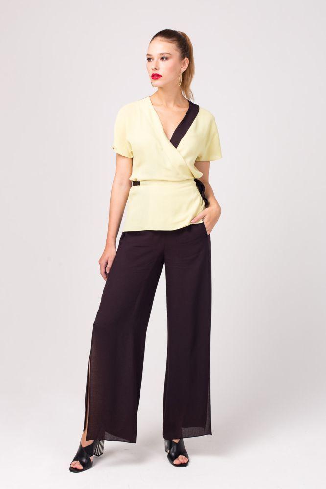 Блуза Г670-357 - Одежда в стиле кимоно - актуальное направление, перенесенное в современные гардеробы. Блуза с v-образным вырезом и контрастной окантовкой позволяет создать ультрамодный образ. Красивая линия декольте подчеркнута светлой вставкой в цвет пояса. Приятная к телу вискоза подарит комфорт в жаркий день и обеспечит безупречный вид.
