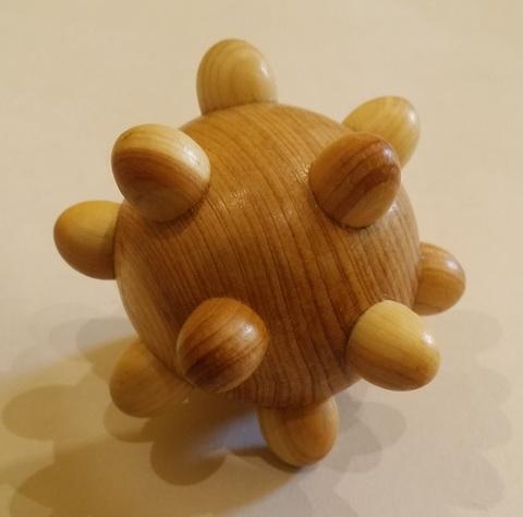 Можжевеловый шарик с шипами