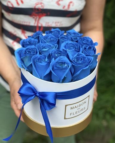 Синие розы в белой подарочной коробке