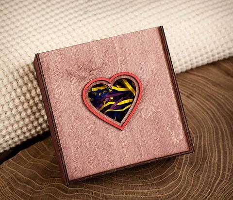 Коробка фиолетового цвета с сердцем