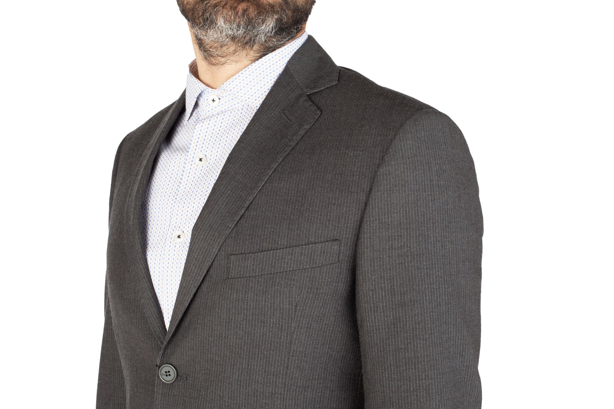 Серый костюм в тонкую полоску из 100%-ной шерсти, нагрудный карман