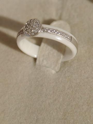 Кольцо из белой керамики с серебром и фианитами