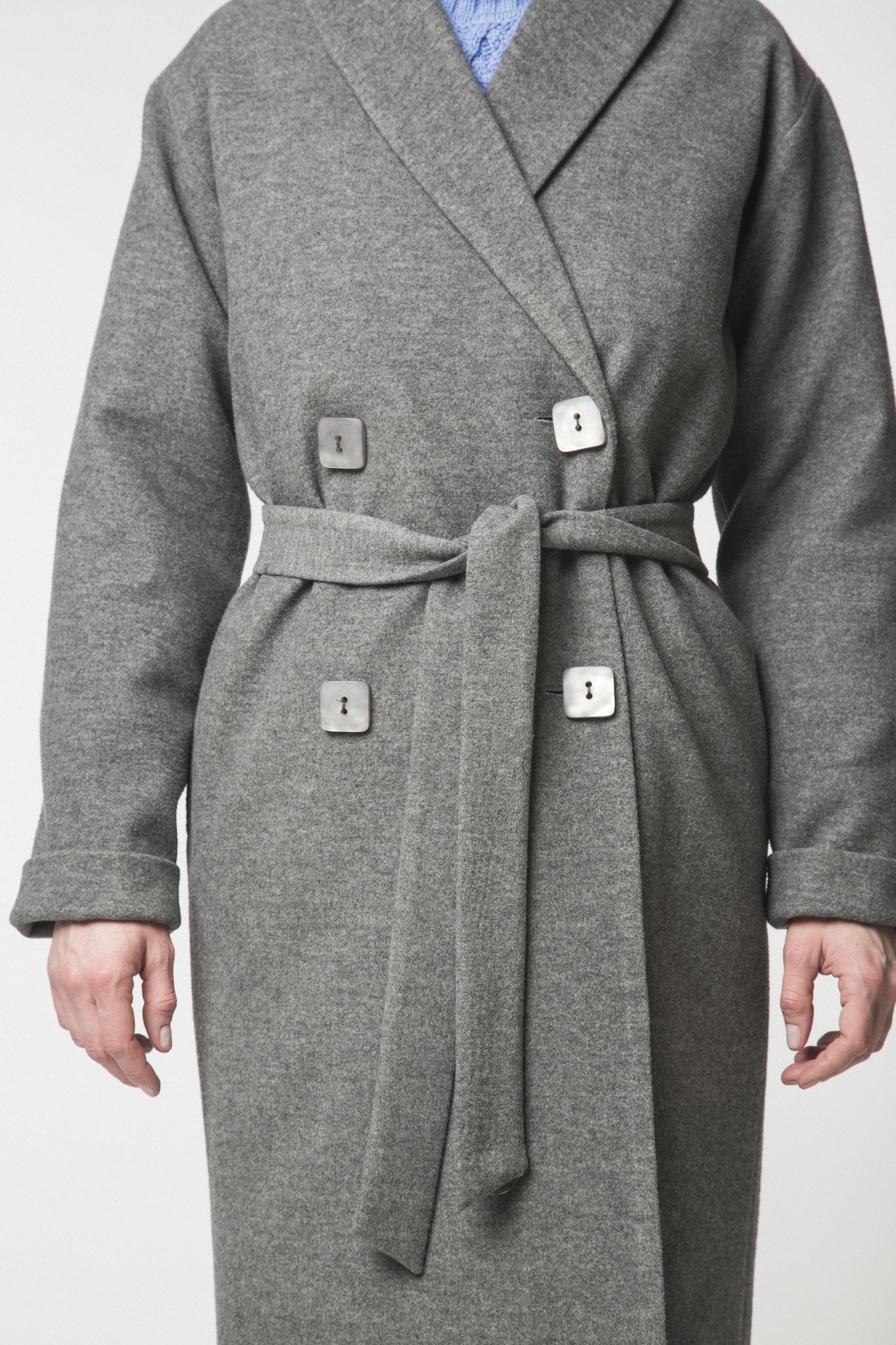Двубортное пальто-халат серое