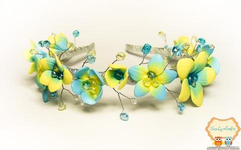 Обруч квітковий з кришталевими намистинами жовто-блакитний