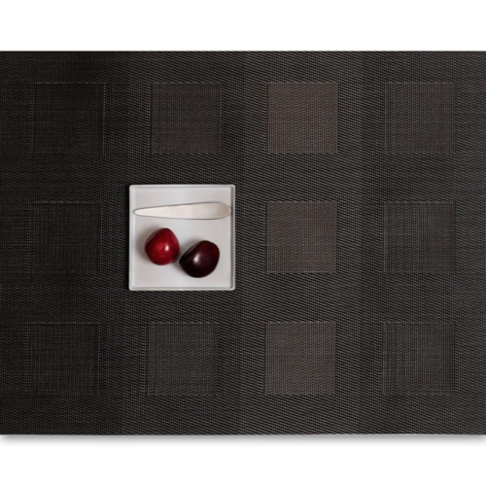 Салфетка подстановочная, плетение квадраты, винил, (36х48) Steel (100115-011) CHILEWICH Engineered squares арт. 0071-ENGS-STEEСервировка стола<br>Салфетки и подставки для посуды от американского дизайнера Сэнди Чилевич, выполнены из виниловых нитей — современного материала, позволяющего создавать оригинальные текстуры изделий без ущерба для их долговечности. Возможно, именно в этом кроется главный секрет популярности этих стильных салфеток.<br>Впрочем, это не мешает подставочным салфеткам Chilewich оставаться достаточно демократичными, для того чтобы занять своё место и на вашем столе. Вашему вниманию предлагается широкий выбор вариантов дизайна спокойных тонов, способного органично вписаться практически в любой интерьер.<br><br>длина (см):48материал:винилпредметов в наборе (штук):1страна:СШАширина (см):36.0<br>Официальный продавец CHILEWICH<br>