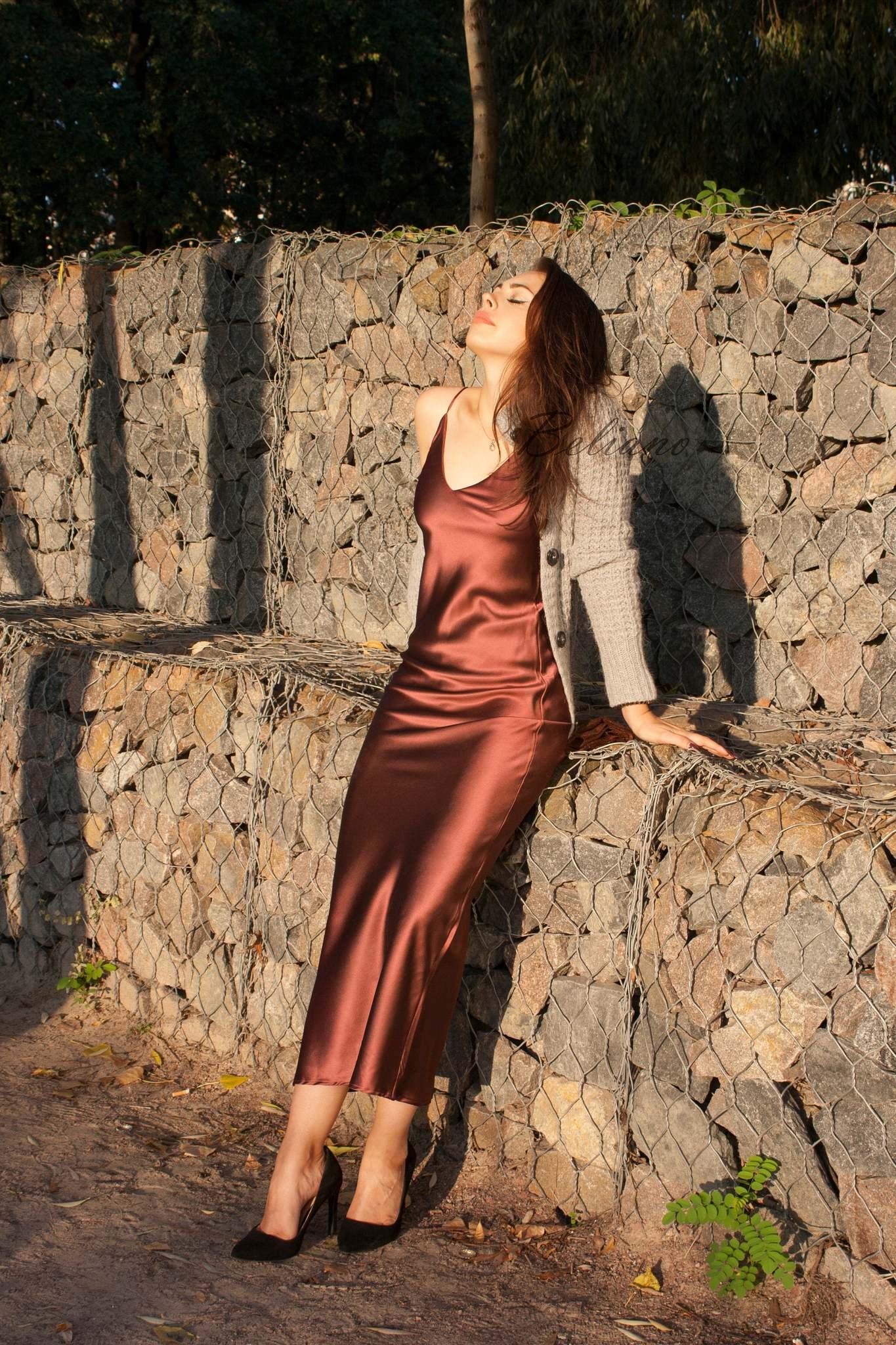 Платье из натурального шелка на тонких бретелях коричнево-рыжий цвет