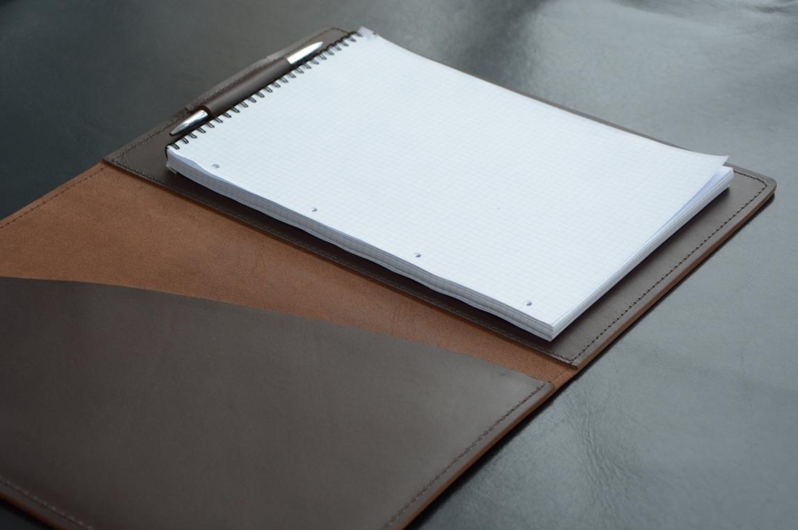 Разворот кожаной папки с блокнотом А4 кожи премиум Lux Full Grain цвет Brown.