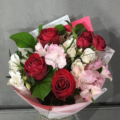 Букет из алых и белых роз с альстромериями