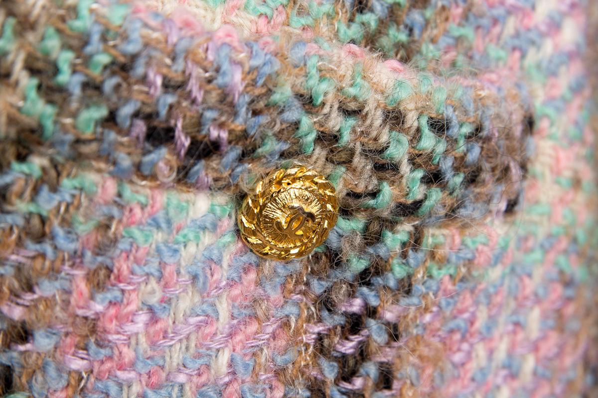 Классический твидовый костюм Chanel в пастельной цветовой гамме с золотыми пуговицами, 38 размер