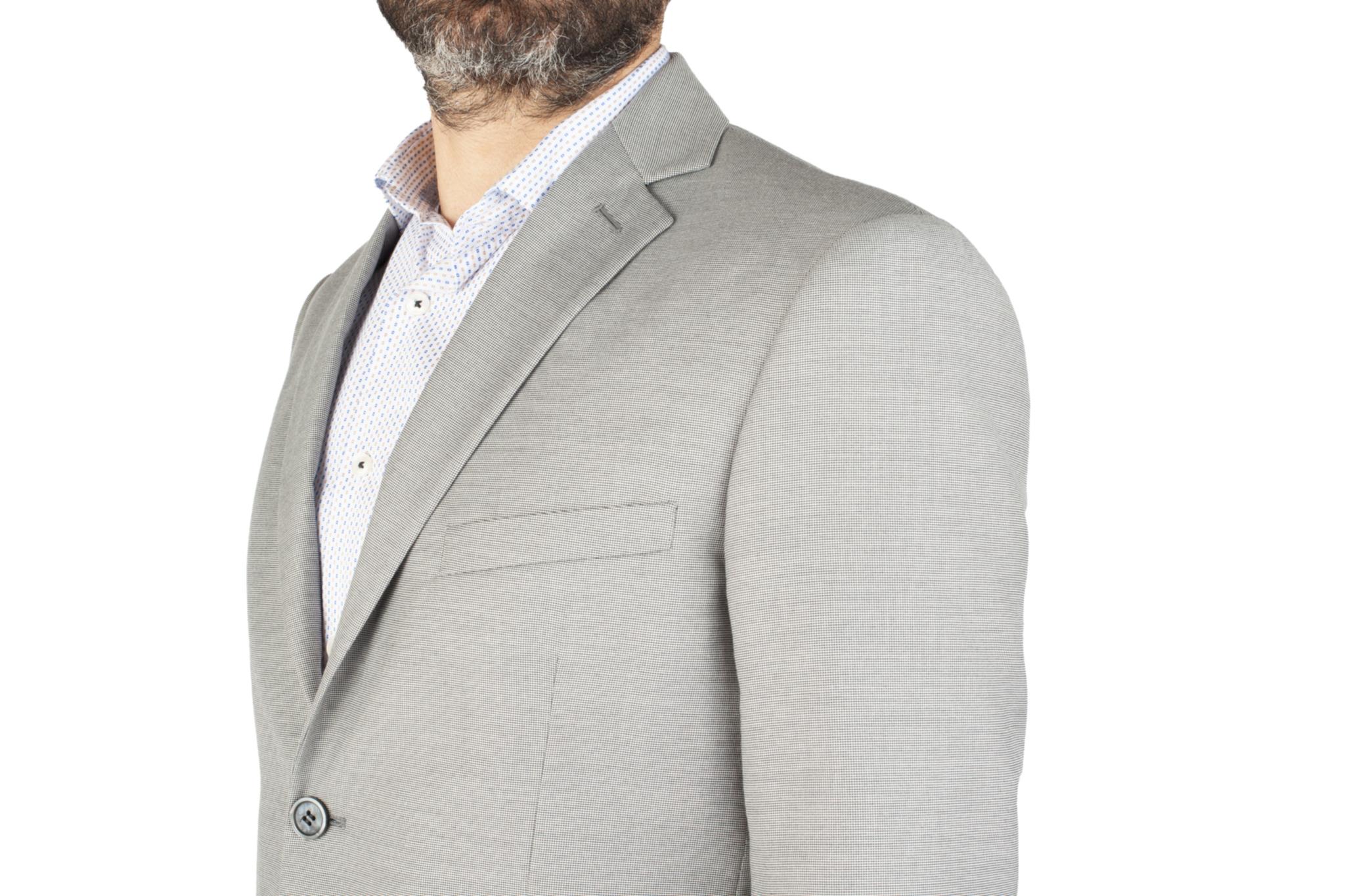 Светло-серый костюм в тёмно-серую крапинку, нагрудный карман